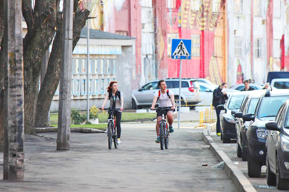 two people biking at Kastrycnickaja Street